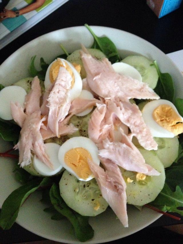 Salat mit Fisch und Ei