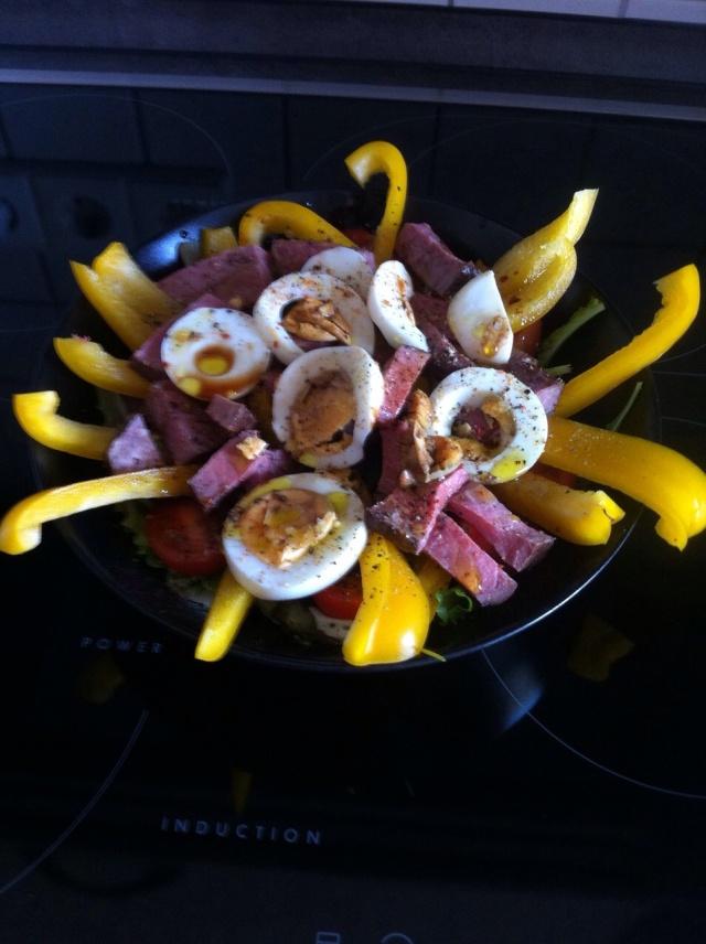 Salat mit Fleisch und Ei