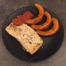 Ofenlachs mit Kürbiswedges und Tomatensoße