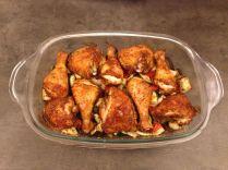 Das Hühnchen auf Ofengemüse frisch aus dem Ofen.