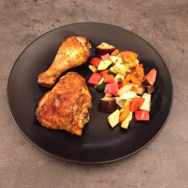 Das fertige Cajun-Hähnchen mit Ofengemüse.