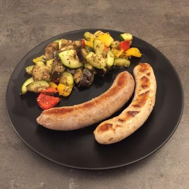 Das Ofengemüse mit Bratwurst.