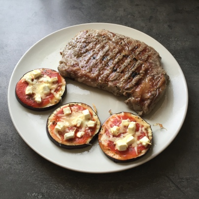 Die Auberginentaler mit gegrillem Steak.