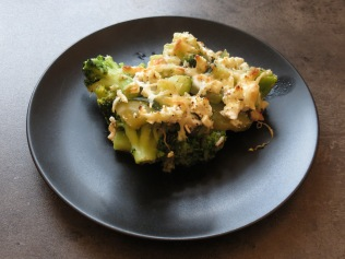Eine Portion des Gemüsegratin mit Meeresfrüchten.