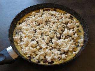 Das Kräuteromlette mit Feta und Bohnen in der Pfanne.