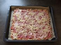 Die belegte Schüttelpizza vor dem Backen.