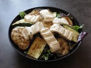 Der fertige Salat mit gegrilltem Gemüse und Feta.