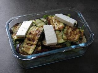 Die Lunchbox mit gegrilltem Gemüse und Feta.