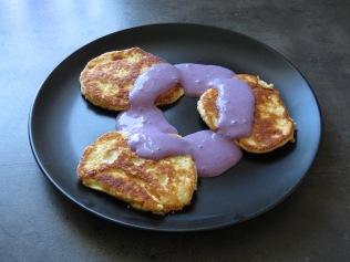 Die fertigen Pancakes mit Himbeersoße.