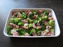 Blumenkohl, Brokkoli und etwas Schinken, aber noch ohne Käse in der Auflaufform