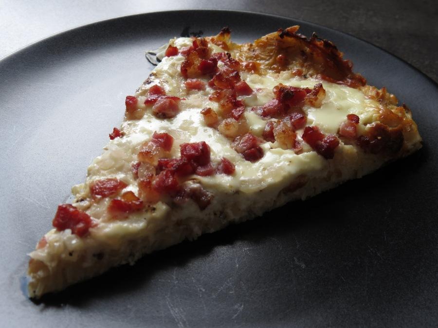 Sauerkrautflammkuchen Stück Teller Nahaufnahme