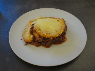 Die fertige Lasagne auf dem Teller.