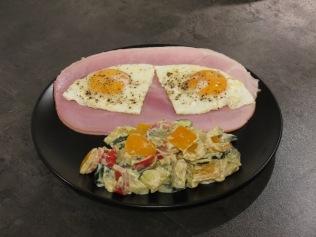Das gebratene Gemüse mit Frischkäse ist zusammen mit etwas Schinken und Spiegelei ein tolles Frühstück!