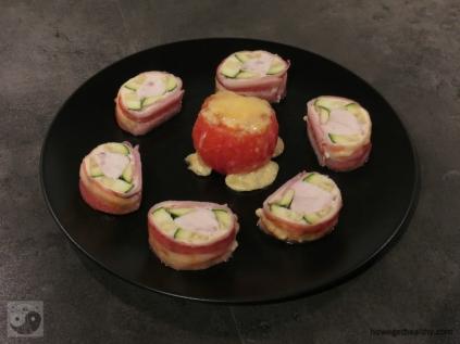 Baconrolle mit Ofentomaten auf dem Teller