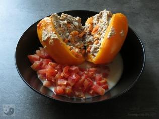 Gefüllte Paprikaschoten mit Hackfleisch und Karotten auf dem Teller