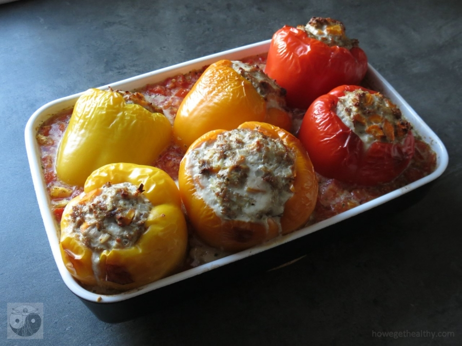 Gefüllte Paprikaschoten mit Hackfleisch und Karotten in der Auflaufform