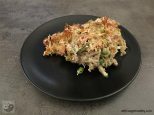 Gemüseauflauf mit Thunfisch und Linsennudeln auf dem Teller