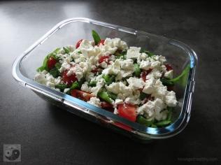 Grün-roter Salat mit Feta in der Lunchbox