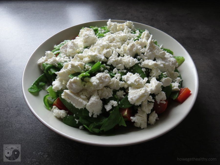 Grün-roter Salat mit Feta auf dem Teller