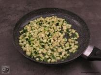 Zucchiniwürfel in der Pfanne angeschwenkt