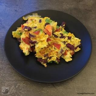 Rührei mit Bohnen und Avocado auf dem Teller