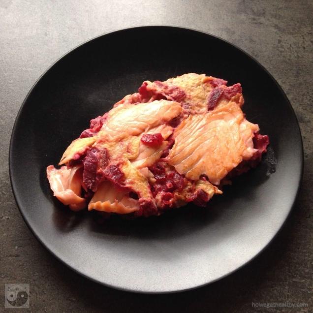 Rührei mit Lachs und roter Beete auf dem Teller