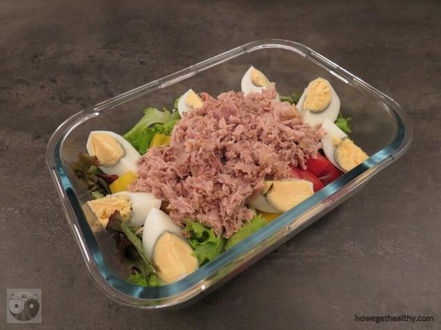 Salat mit Thunfisch und Ei in der Lunchbox