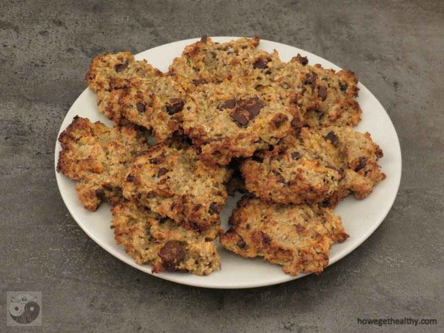 Schoko-Mango-HaBaNu-Keks auf dem Teller