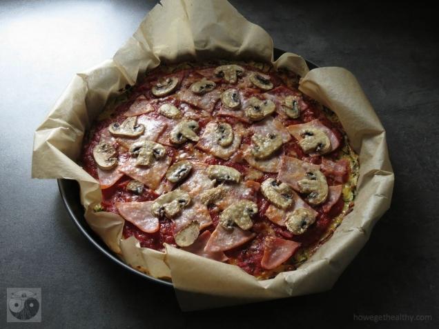 Zucchinipizza mit Schinken und Pilzen frisch aus dem Ofen