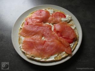 gefuelltes-omlette-mit-raeucherlachs-und-tomaten-teller