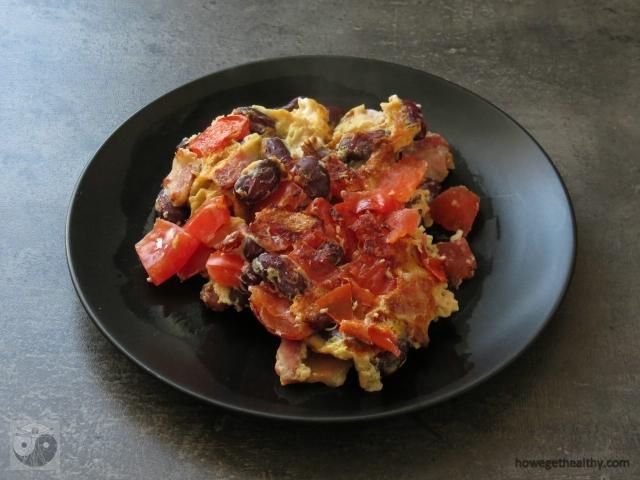 ruehrei-mit-doerrfleisch-bohnen-und-tomaten