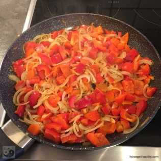 ruehrei-mit-paprika-und-zwiebeln-pfanne