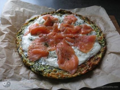 zucchinipizza-mit-lachs-ganz-gebacken
