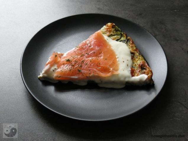 zucchinipizza-mit-lachs-stueck-teller