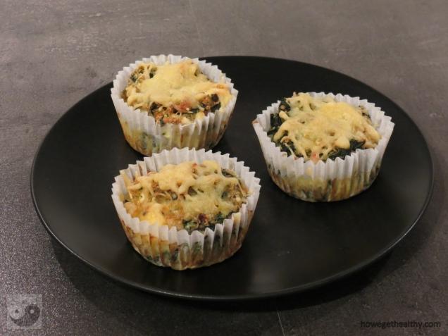 Quinoa-Spinat Muffins mit Feta Teller
