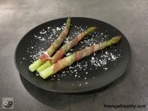 Gruener Spargel in Bacon Teller