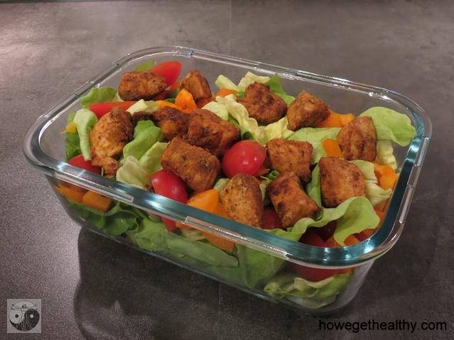 Salat mit wuerzigem Haehnchen
