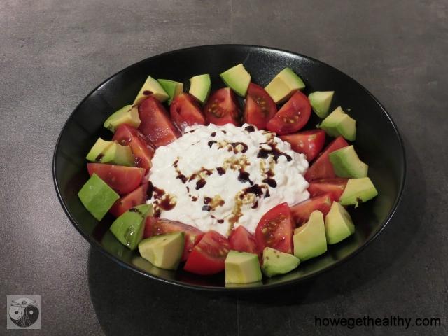 Tomaten-Avocoado-Hüttenkäse-Salat