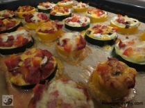 Mini-Zucchini-Pizzen Blech gebacken Closeup