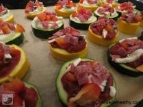 Mini-Zucchini-Pizzen Blech Wurst Closeup