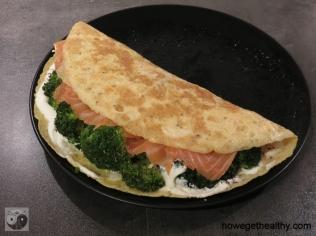 Gefuelltes Omlette mit Lachs und Brokkoli