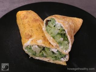 Omlettrerolle mit Frischkäse und Brokkoli closeup