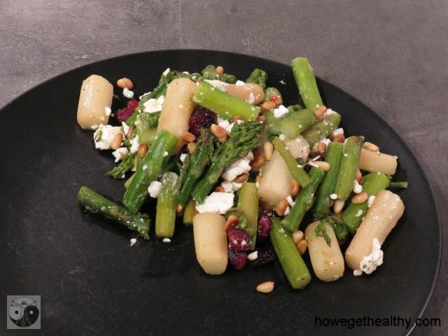 Gemischter Spargel mit Feta, Pinienkernen und Cranberries