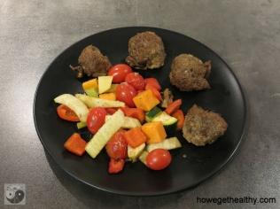 Wildhackbaellchen auf Ofengemuese Teller